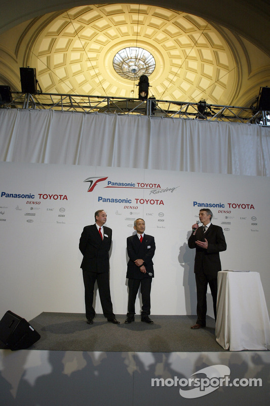 John Howett ve Tsutomu Tomita ve Tony Jardine