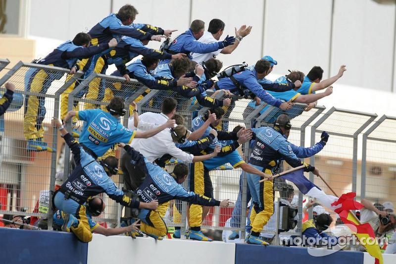 Los miembros del equipo Renault F1 celebran la victoria de Fernando Alonso