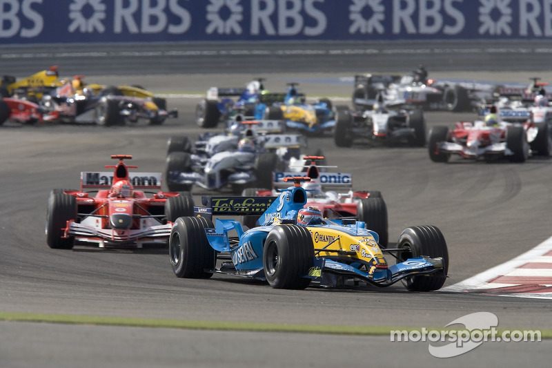 Primera curva: Fernando Alonso lidera a Michael Schumacher