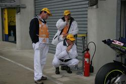Oficiales de pista ven actividad de garaje