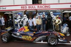 Christian Klien, Vitantonio Liuzzi et David Coulthard avec George Lucas et des personnages de Star Wars