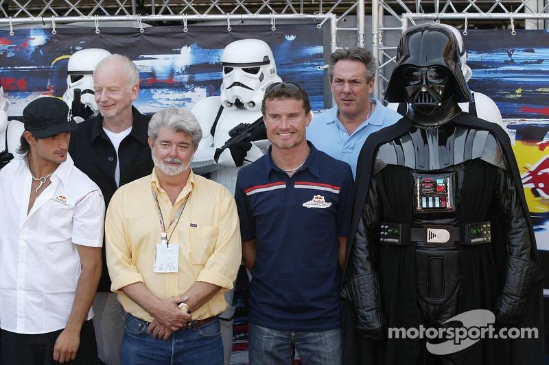Vitantonio Liuzzi y David Coulthard con George Lucas y Darth Vader
