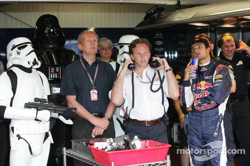 (F1) Darth Vader observa la calificación con Vitantonio Liuzzi