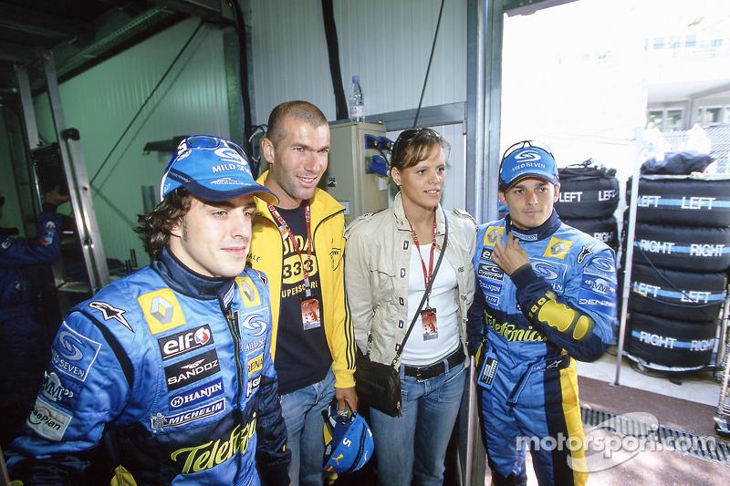Fernando Alonso y Giancarlo Fisichella con el futbolista Zinedine Zidane y la nadadora Laure Manaudou para ganador de la carrera Kimi Raikkonen