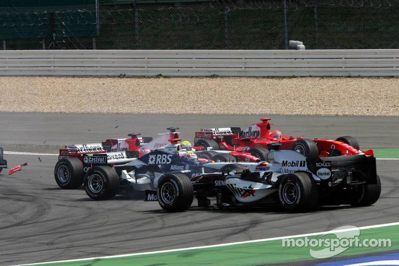 Inicio: Kimi Raikkonen líder, Mark Webber y Juan Pablo Montoya chocan, Michael Schumacher y Ralf Sch