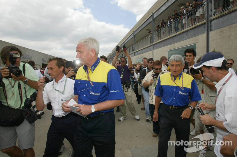 Nick Shorrock y Pierre Dupasquier salen de la reunión de Michelin