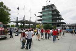 Fans dejan la pista antes de la final de la carrera