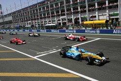 Start: Fernando Alonso takes the lead