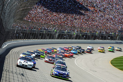 Start: Jimmie Johnson and Ryan Newman battle for the lead