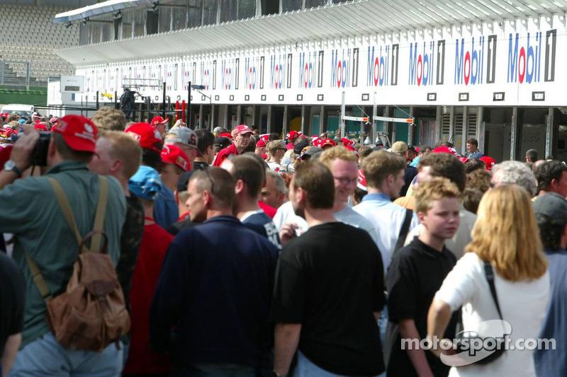 Fans caminan al pit