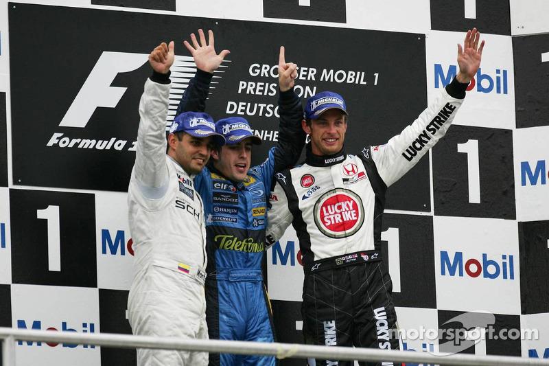 Podio: ganador de la carrera Fernando Alonso, segundo lugar Juan Pablo Montoya y el tercer lugar Jenson Button