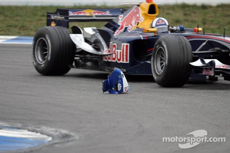 David Coulthard pasa por una parte del Sauber de Jacques Villeneuve