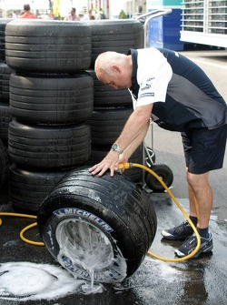 Williams team member cleans up the tires