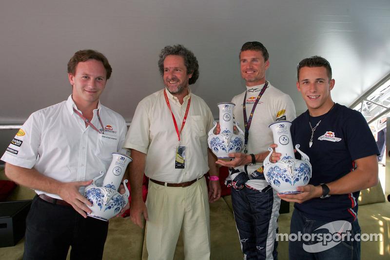 Christian Klien se presentan con jarras de cerámica local para celebrar 20 años del gran premio de Hungría