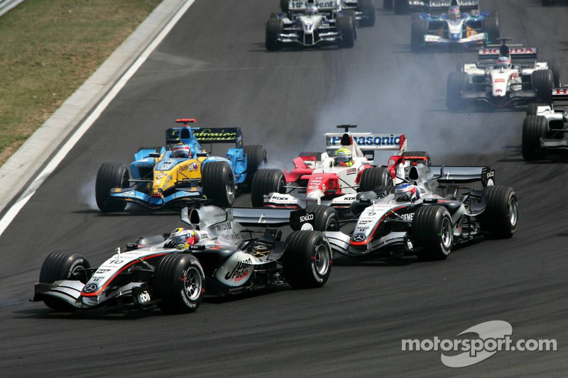 Juan Pablo Montoya, Kimi Raikkonen, Ralf Schumacher and Fernando Alonso battle in the first corner