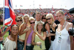 David Coulthard with the Formula Unas girls