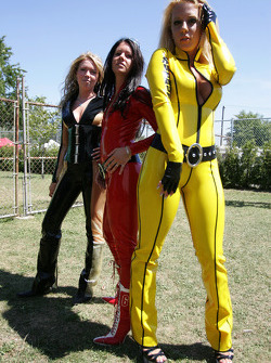 Summum girls pose for the benefit of Motorsport.com viewers