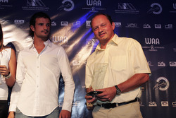 Tonio Liuzzi presents the Team of the Year award to ART Grand Prix
