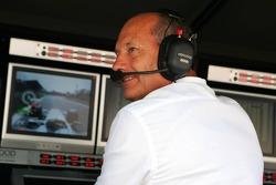 Ron Dennis menonton putaran kualifikasi Kimi Raikkonen