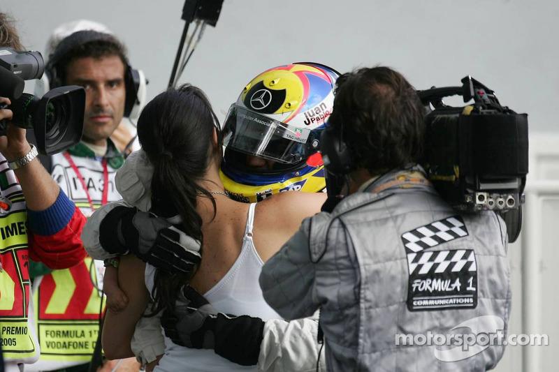 Ganador de la carrera Juan Pablo Montoya celebra con esposa Connie