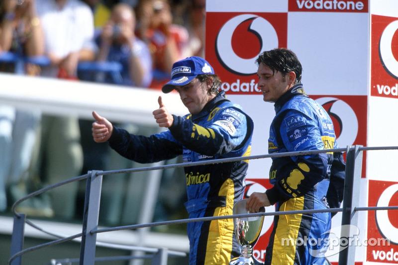 Fernando Alonso y Giancarlo Fisichella celebran