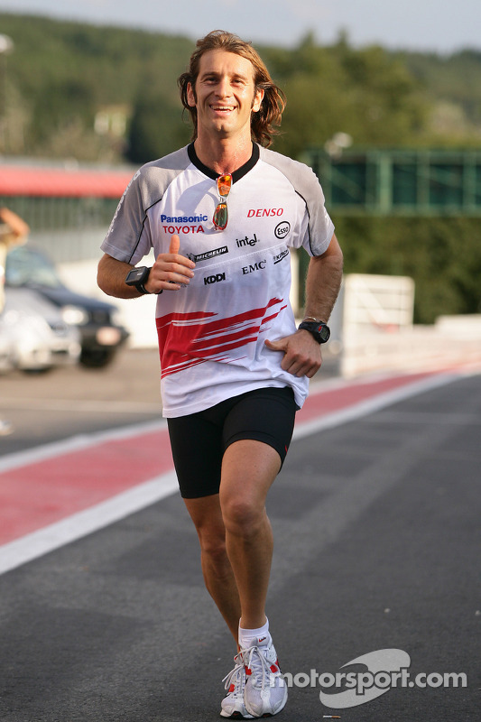 Jarno Trulli corre en la pista