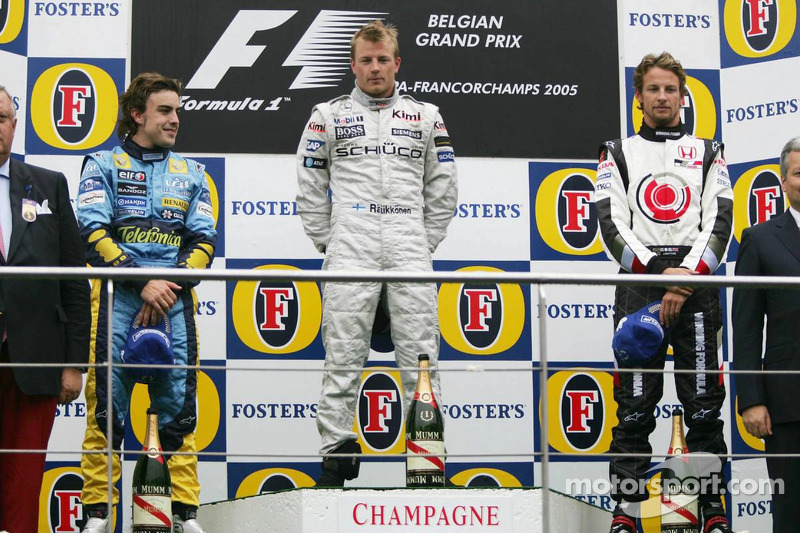 Podio: ganador de la carrera Kimi Raikkonen, Fernando Alonso segundo lugar y Jenson Button tercer l