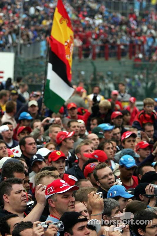Fans espera para la ceremonia de podio