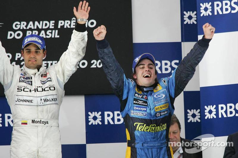 Podio: el ganador de la carrera Juan Pablo Montoya y el campeón del mundo 2005 Fernando Alonso celebran