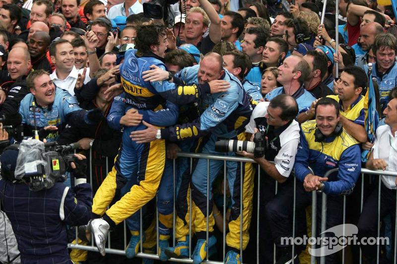 Fernando Alonso feiert mit dem Renault-Team