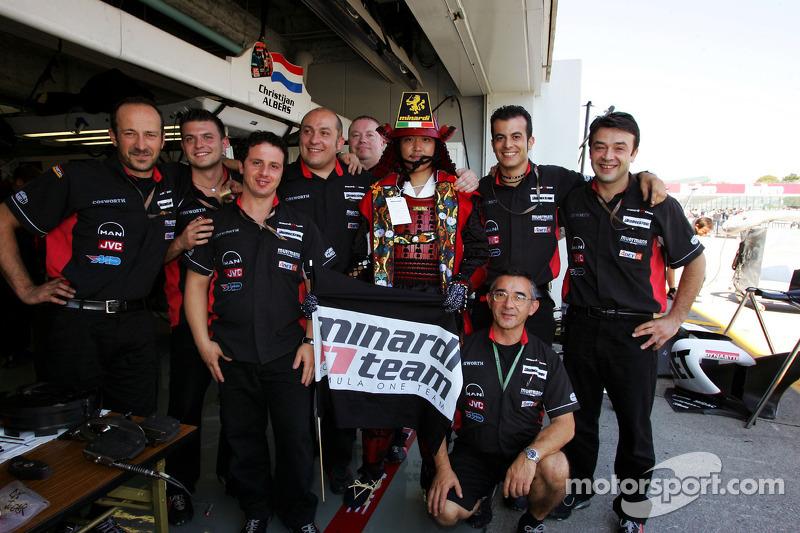 Los miembros del equipo Minardi posan junto a un amigo