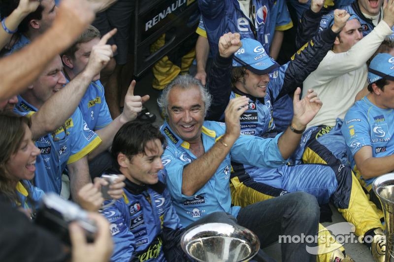 Flavio Briatore, Giancarlo Fisichella y Fernando Alonso celebran el Campeonato del mundo