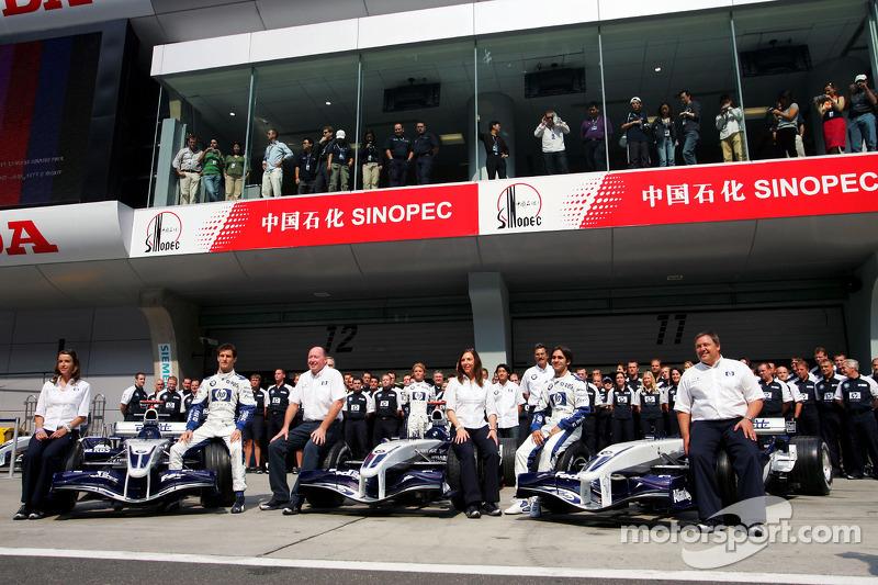 Williams-BMW photoshoot: Mark Webber, Antonio Pizzonia and Nico Rosberg pose with Williams team memb