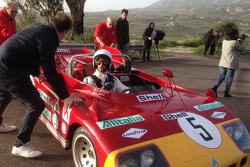 Daniel Ricciardo al volante di una Alfa Romeo 33 T3 sul vecchio circuito della Targa Florio