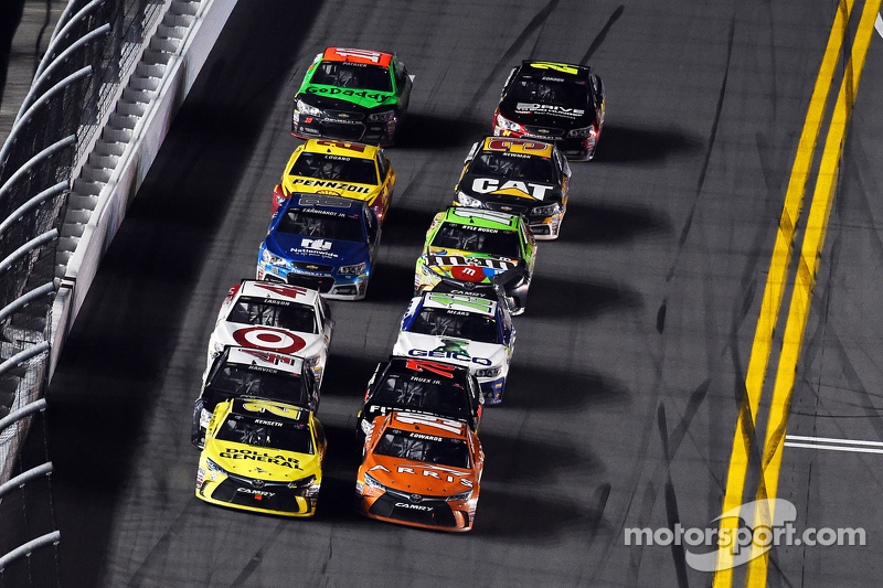 Matt Kenseth, Joe Gibbs Racing, Toyota, und Carl Edwards, Joe Gibbs Racing, Toyota, führen beim Restart