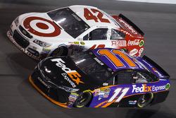 Denny Hamlin, Joe Gibbs Racing Toyota, Kyle Larson, Ganassi Racing Chevrolet