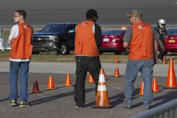 Offizielle warten auf einen Fahrerwechsel