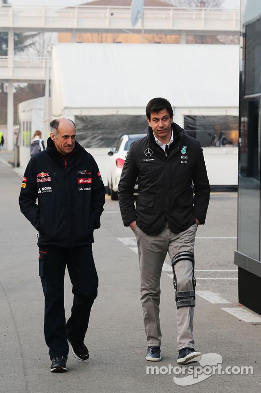 (da sinistra a destra): Franz Tost, Team Principal Scuderia Toro Rosso con Toto Wolff, Direttore esecutivo e azionista Mercedes AMG F1