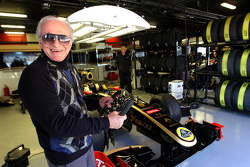 Gérard Ducarouge ex F1 diseñador e ingeniero visita el garaje de Lotus