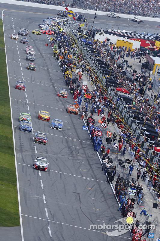 Carros saem do pit lane