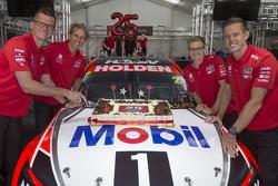 غارث تاندر، جيمس كورتني ومساعدو السائقون جاك بيركنز ووارن لوف يكشفون النقاب عن ألوان سيارة فريق هولدن ريسينغ 2015