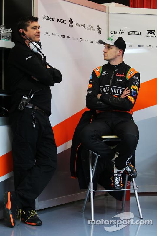 (da sinistra a destra): Bradley Joyce Ingegnere di pista della Sahara Force India F1 con Nico Hulken