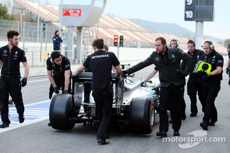 Der Mercedes AMG F1 W06 von Lewis Hamilton, Mercedes AMG F1, wird von Mechanikern durch die Boxengasse geschoben