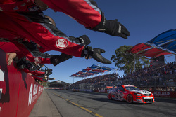 James Courtney, Holden Racing, gana la carrera
