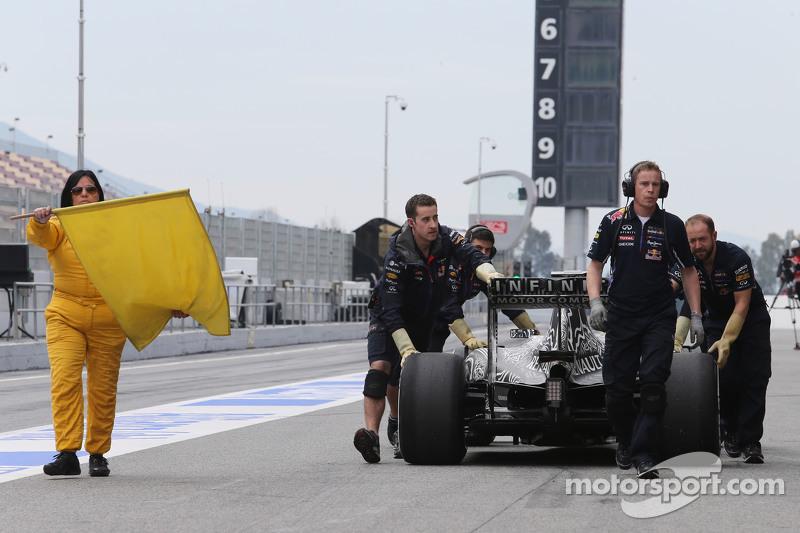 Der Red Bull Racing RB11 von Daniel Ricciardo, Red Bull Racing RB11, wird von den Mechanikern durch die Boxengasse geschoben