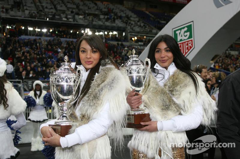 Las chicas de la carrera de campeones presentan los trofeos de la Copa de las Naciones