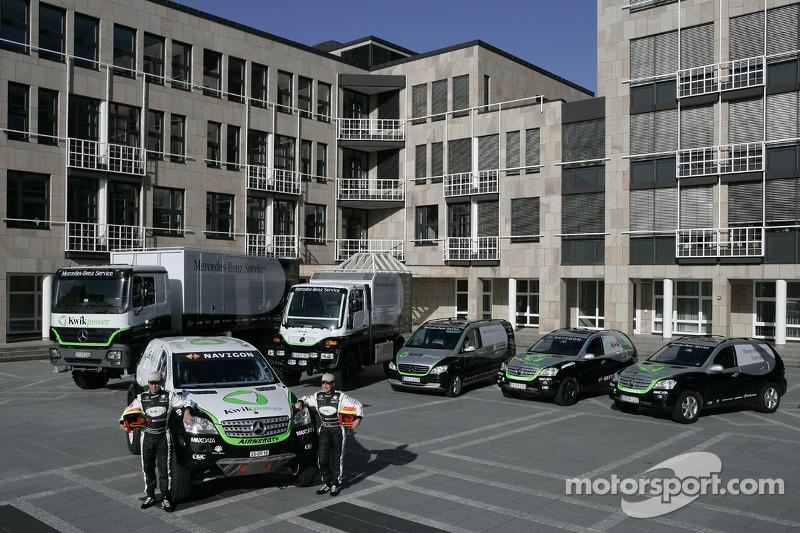 Equipe Kwikpower Mercedes-Benz : Ellen Lohr et Detlef Ruf posent avec les véhicules Kwikpower Merced