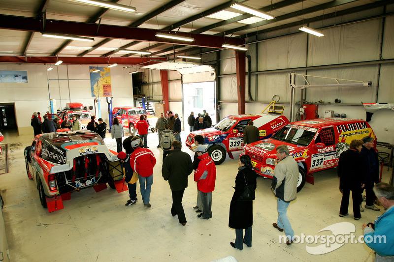 Présentation publique de l'équipe Nissan à Dessoude: des fans regardent les véhicules de l'équipe Nissan Dessoude
