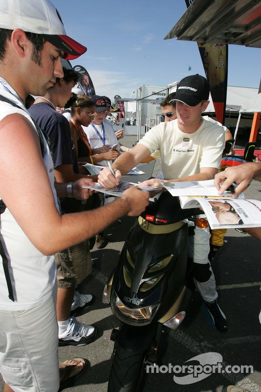 Ryan Hunter-Reay signes des autographes