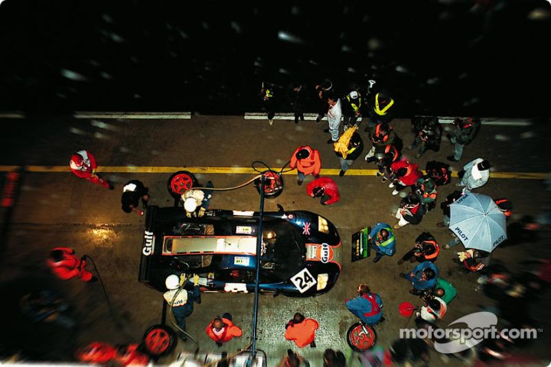 1995 год. Экипаж Марка Бланделла, Рэя Беллми и Маурицио Сандро Сала, McLaren F1 GTR
